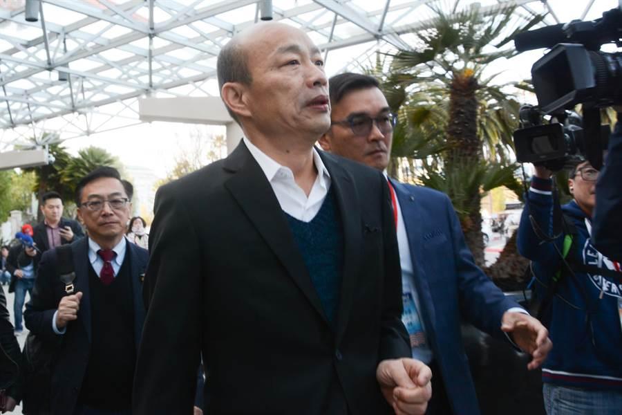 接受媒體聯訪後,韓國瑜快步上車,將參訪生產電動車的特斯拉總部,隨即展開美國行最後一整天忙碌行程。(林宏聰攝)