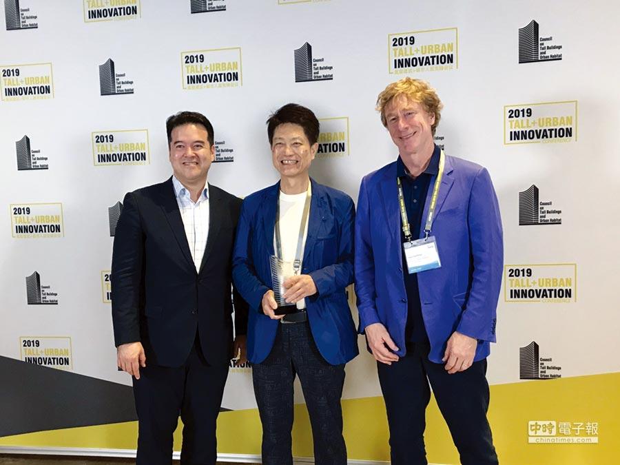 元利建設董事長蔡建生(中)、Rogers Stirk Harbour+Parners合夥建築師Ivan Harbour(右),日前在深圳代表「One Park Taipei」正式獲頒CTBUH的「最佳高層建築傑出獎」。圖/元利建設