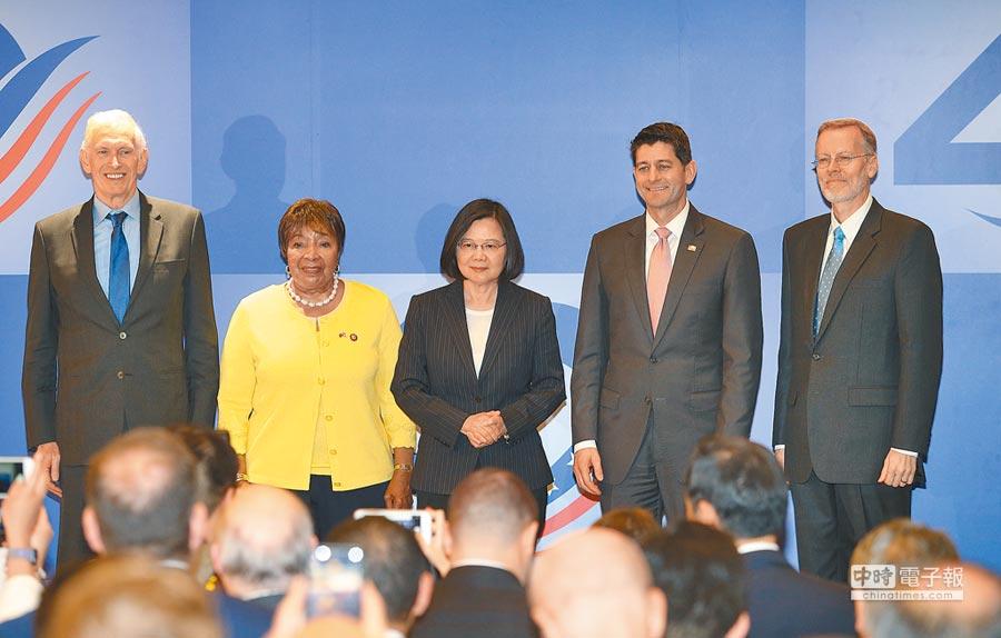 台灣關係法屆滿40年,蔡英文總統(中)和AIT主席莫健(左起)、美眾議員江笙、美眾院前議長萊恩、AIT處長酈英傑合影。(陳怡誠攝)