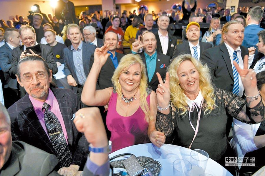 極右派「芬蘭人黨」在14日的國會大選中表現出色,支持者們在赫爾辛基的開票之夜活動上歡欣雀躍。(法新社)
