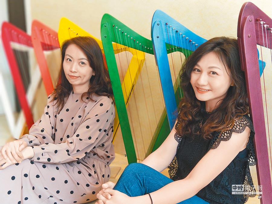 來自台灣的北京國家大劇院豎琴首席黃立雅(右)、思雅豎琴執行總監陳思穎(左),一起推廣豎琴音樂。(陳君碩攝)