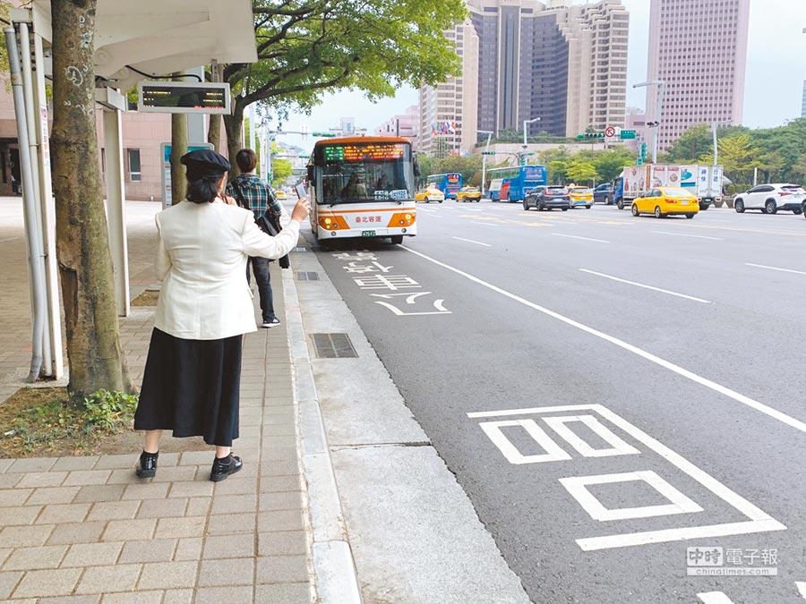 雙北1280交通月票推出屆滿1周年,大眾運輸量成長3.3%達到預設門檻,交通局確定續辦,但議員質疑成長率太低,建議市府研擬多元方案,以滿足民眾使用需求。(林縉明攝)