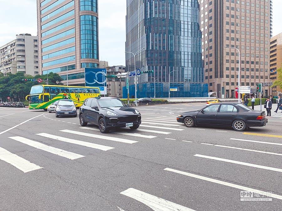 北市警察局15日宣布,即日起針對33處路口加強路口未淨空取締,違者將開罰600至1200元罰鍰,同時也將加強停等紅燈越線等違規。(林縉明攝)