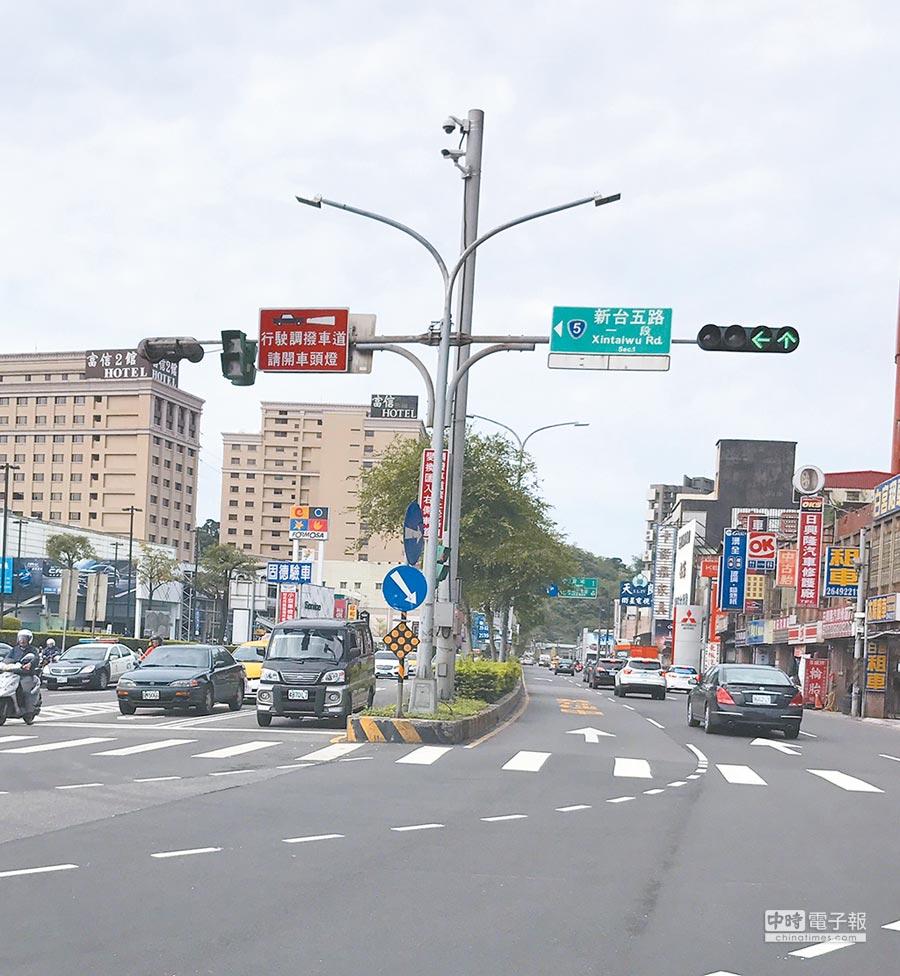 新北市府在汐止交通要道透過科技改善壅塞問題。(葉德正翻攝)