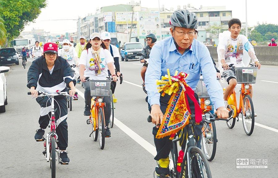 台北市長柯文哲騎腳踏車隨大甲媽回鑾,15日行經台中市烏日、大肚、龍井區。(黃國峰攝)