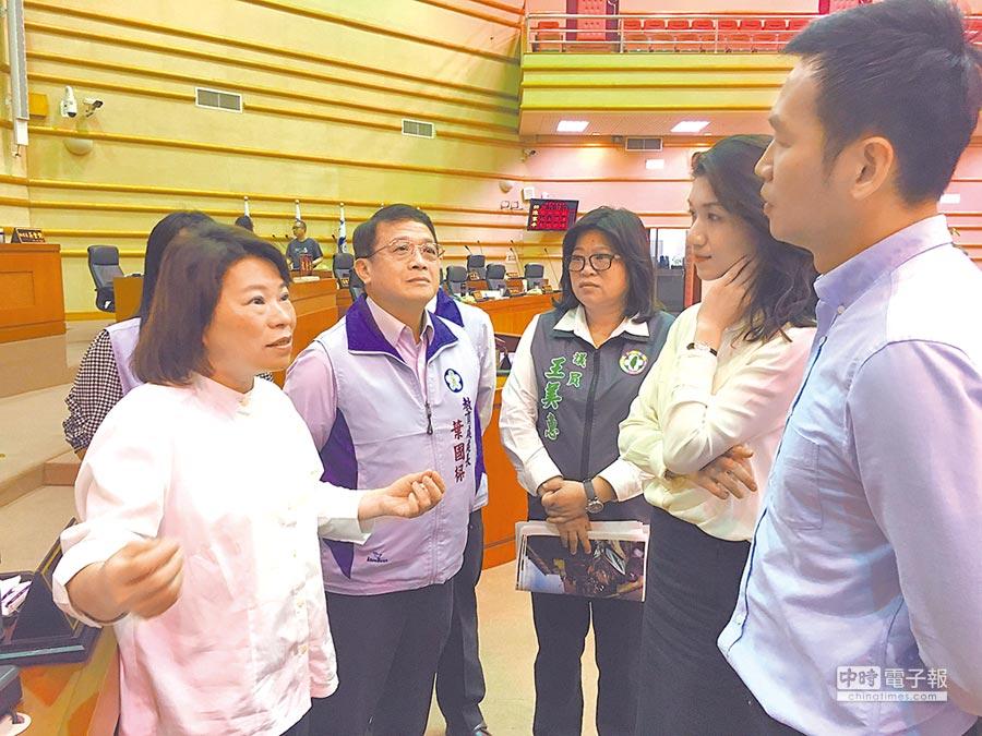 嘉義市長黃敏惠(左)向議員說明補助國中小裝冷氣及電費的預算。(廖素慧攝)
