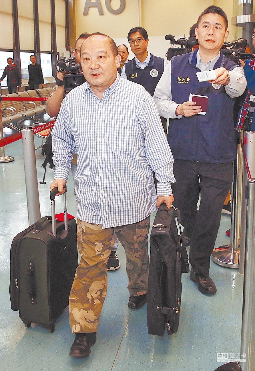 4月12日,旅美大陸學者李毅(左)凌晨被移民署尋獲,隨即遭強制出境。(本報系資料照片)