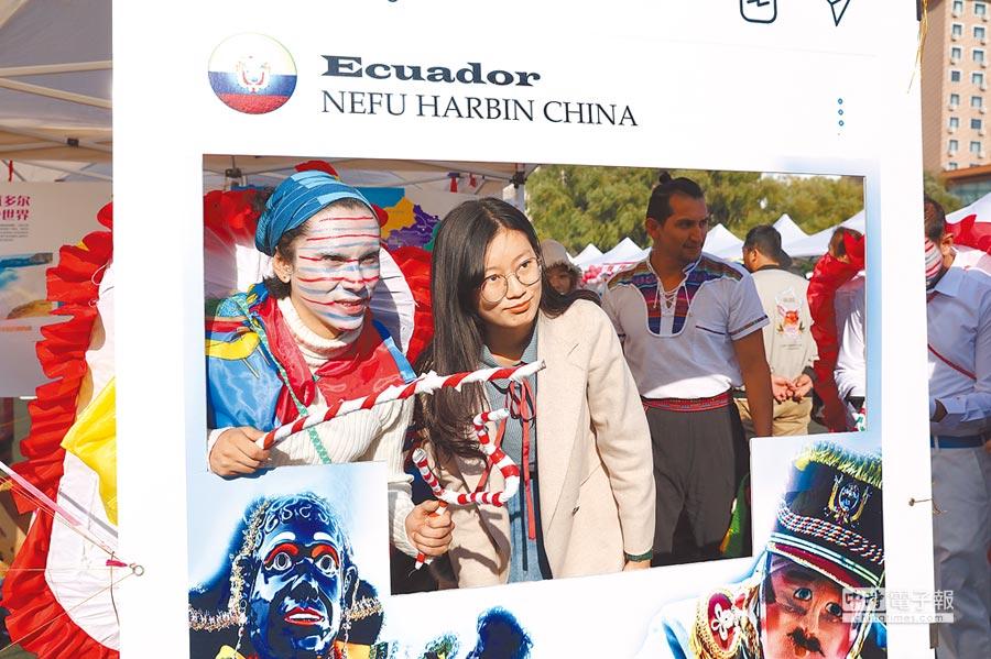 2018年10月13日,來自30個不同國家地區的數百名留學生歡聚東北林業大學,參加以「一帶一路」文化風采為主題的第3屆國際文化節。(中新社)