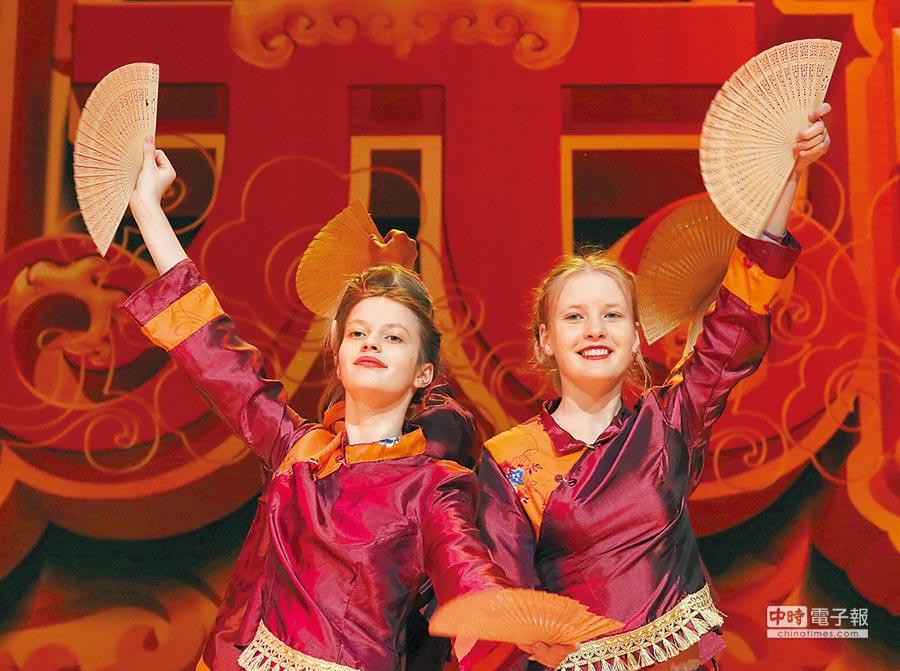 2月16日,白俄羅斯首都明斯克,當地學習漢語的學生舉辦元宵晚會表演中國舞蹈。(新華社)
