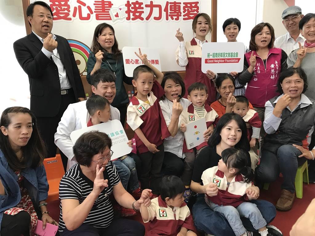 台灣展臂閱讀協會與超商合作募集童書,推動親子共讀。(廖素慧翻攝)