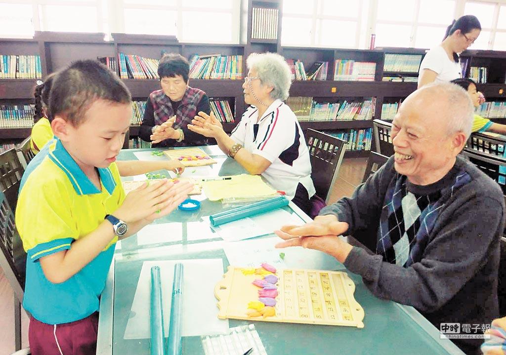台中市托育再升級,爺奶顧孫免上課受訓亦可獲得每月2500元育兒津貼。(陳世宗翻攝)