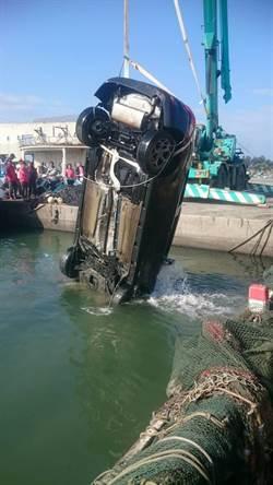 詭異!2車墜東石漁人碼頭 車內藏槍