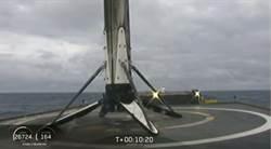 美中不足 獵鷹火箭回收時因風浪掉入海裡