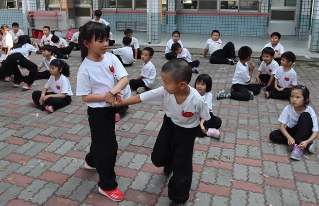 小朋友練習應用招式,健身也防身。(劉秀芬攝)
