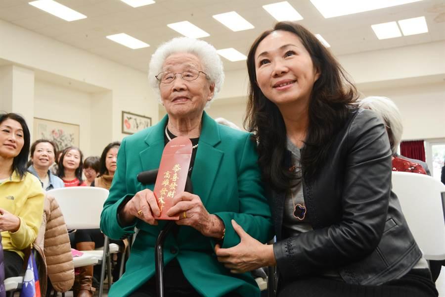 李佳芬探望年長僑胞,親手將第一個市長紅包發給近百歲的陳媽媽。(林宏聰攝)
