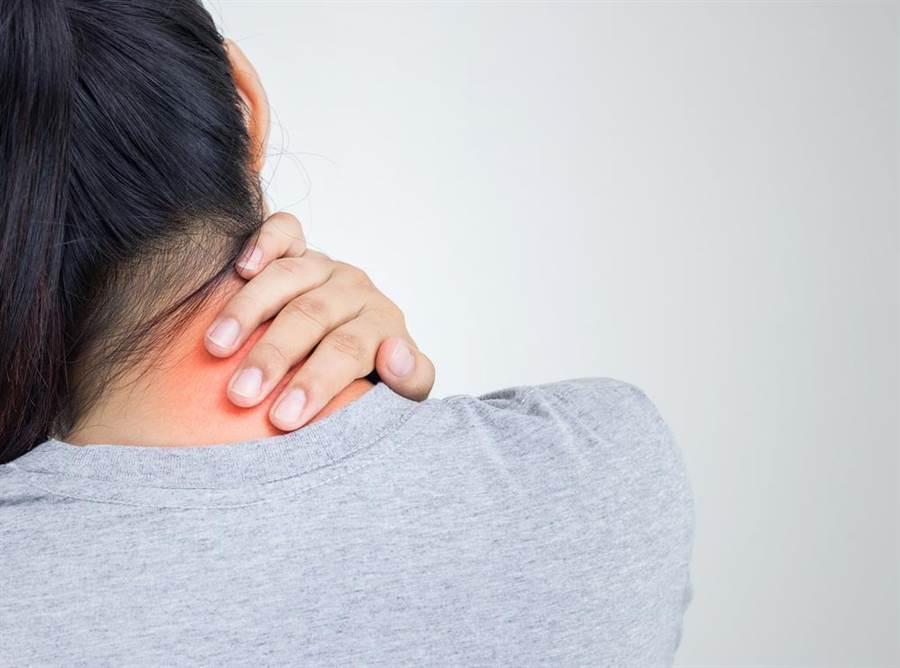 23歲女躺床看電視,脖子喀一聲竟中風半癱。(圖/達志影像)