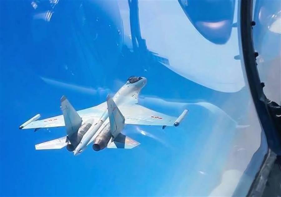 中國多型戰機2018年3月戰巡南海,圖為俄製蘇-35戰機的身影。(新華社)
