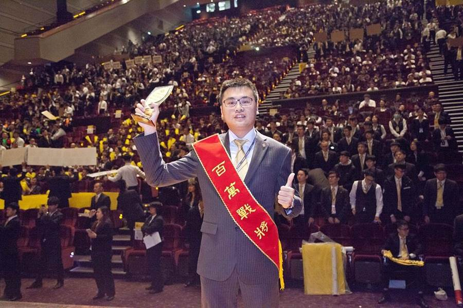 陳右澤北漂台北工作成績斐然,更獲得百萬戰將表揚。(圖/永慶房屋 提供)