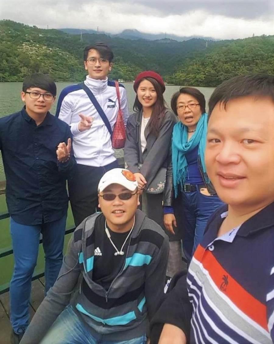 陳右澤(圖中白帽)常常邀約店頭夥伴一同出遊。(圖/永慶房屋 提供)