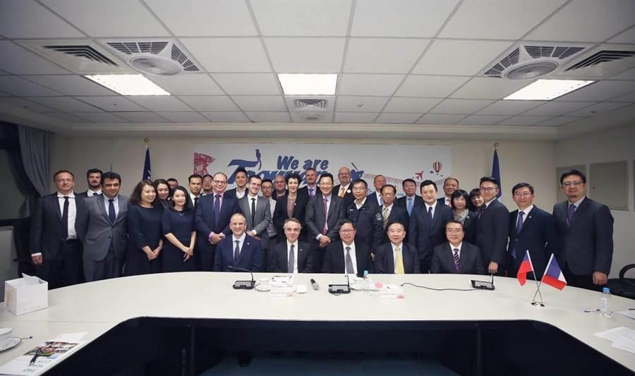 法在台協會主任紀博偉(左)偕14間法商來桃拜訪。(甘嘉雯翻攝)