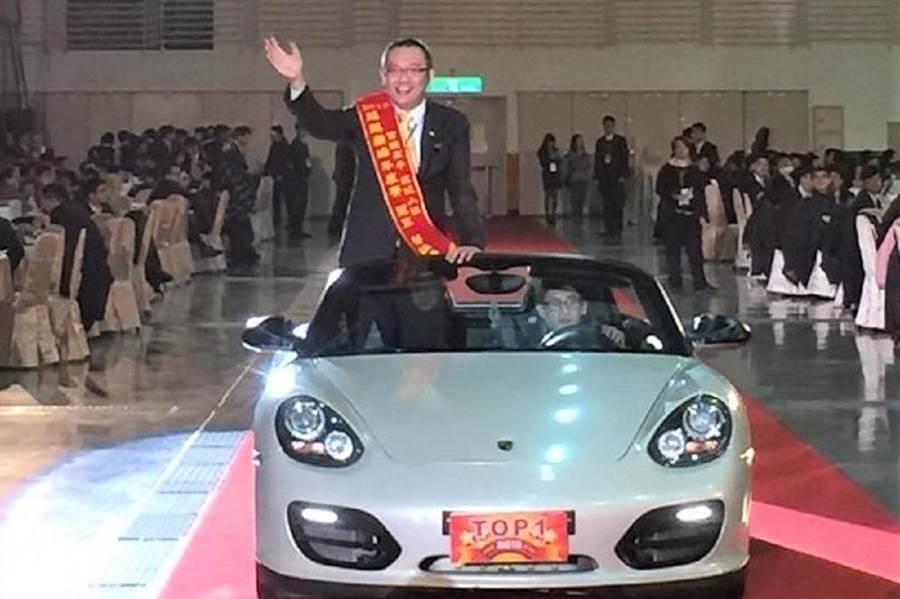 蔡鎮鴻獲得年度業績王的殊榮,坐著超跑入場的英姿羨煞旁人。(圖/永慶房屋提供)