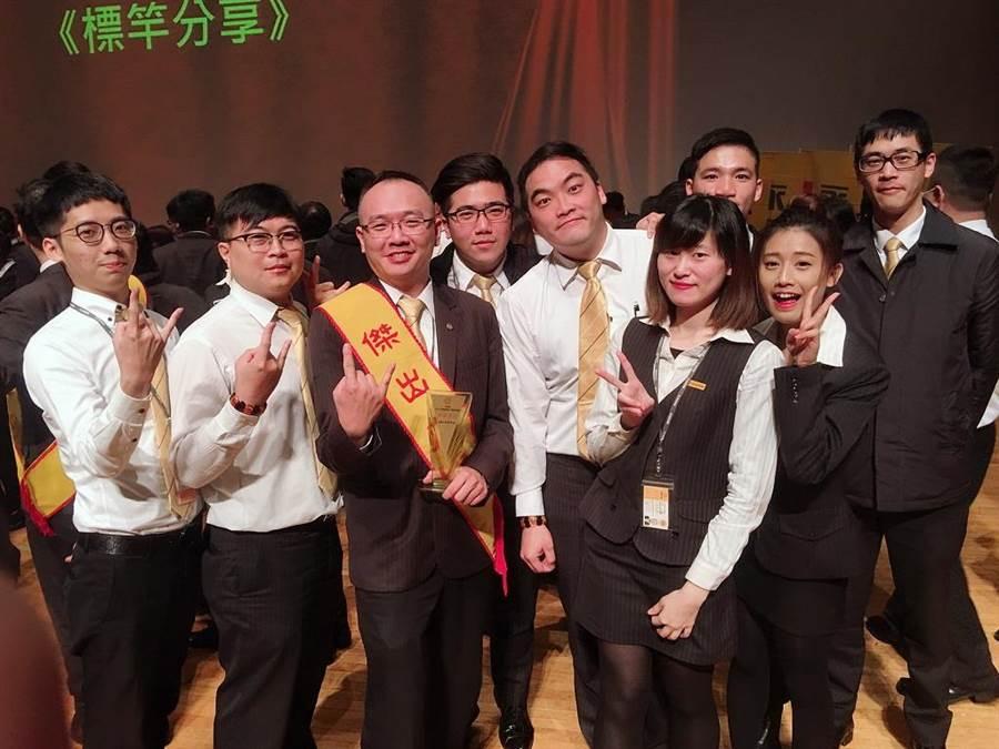 蔡鎮鴻晉升店長後,帶領團隊優異的表現獲得傑出店長的頭銜。(圖/永慶房屋提供)
