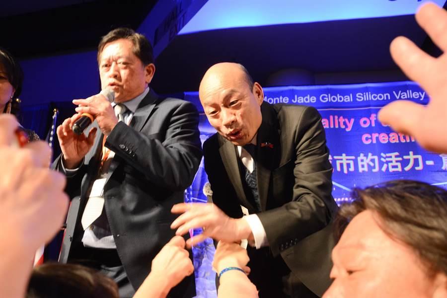 韩国瑜今年4月访美,受到侨胞热烈欢迎,群眾热情衝到台前和韩国瑜握手。(资料照片 林宏聪摄)