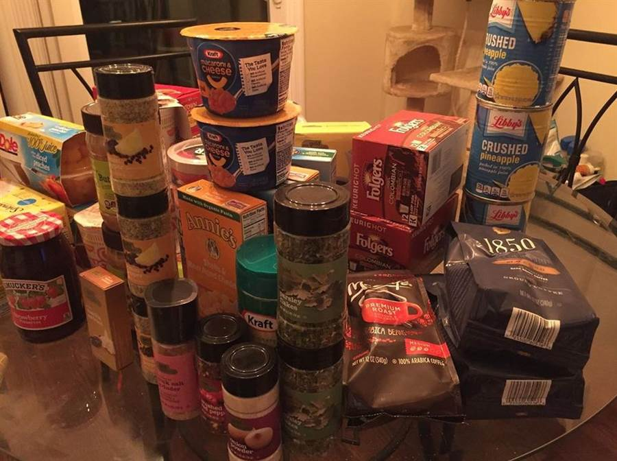 他們靠著翻出來的食物和用品度日,每個月輕鬆省下200美元。(圖片翻攝自IG/Chelsey Fleming)