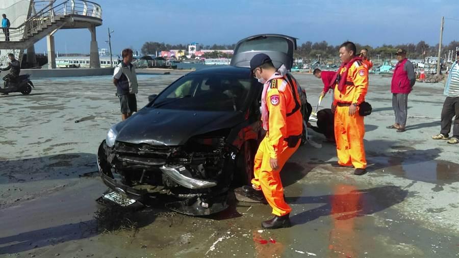 黑色自小客車車頭毀損。(張亦惠翻攝)