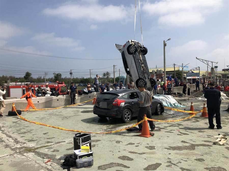 嘉義縣東石漁人碼頭今晨被發現兩輛車落水,駕駛不見蹤影,初步研判與凌晨苗栗槍擊案有關。(張亦惠翻攝)