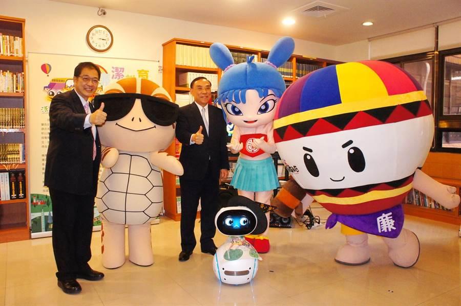 法務部長蔡清祥與廉政署長鄭銘謙(左一)與廉潔寶寶小海龜「強強」、「閰小妹」、熱氣球「T寶」相見歡。(張孝義攝)