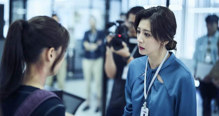 賈靜雯(右)飾演電視台主管。(公視提供)
