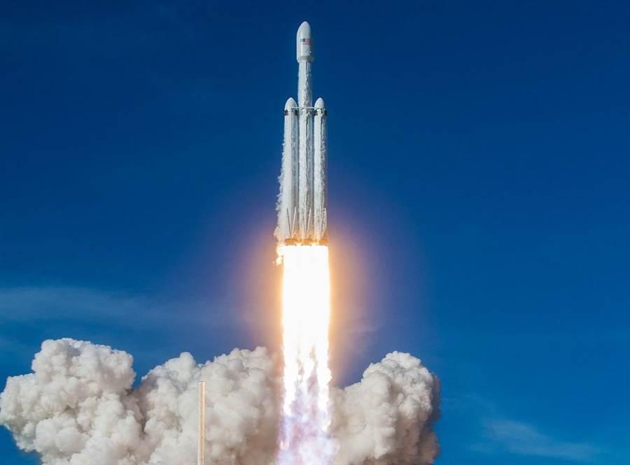 3支並聯的獵鷹重型火箭,是目前推力最大,而且可回收的太空火箭。(圖/spaceX)