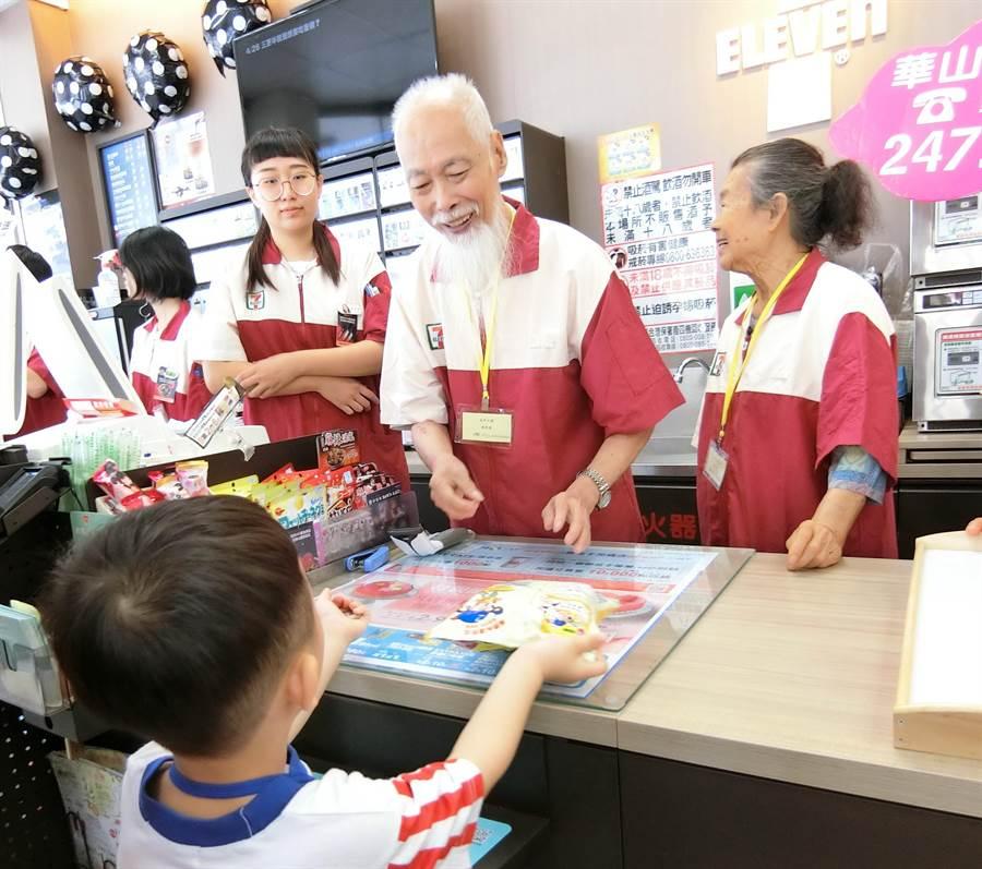 許多可愛的小小顧客來捧場,讓爺爺成就感大提升。(盧金足攝)