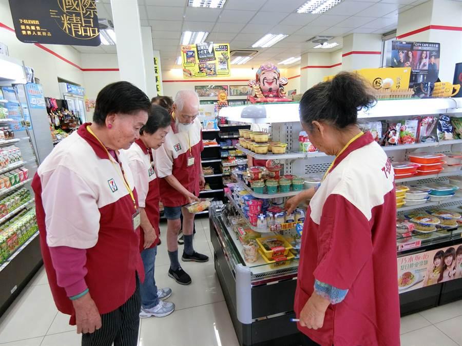 來自華山基金會服務的長輩跟著7-ELEVEN店長展開一日店長訓練工作。(盧金足攝)