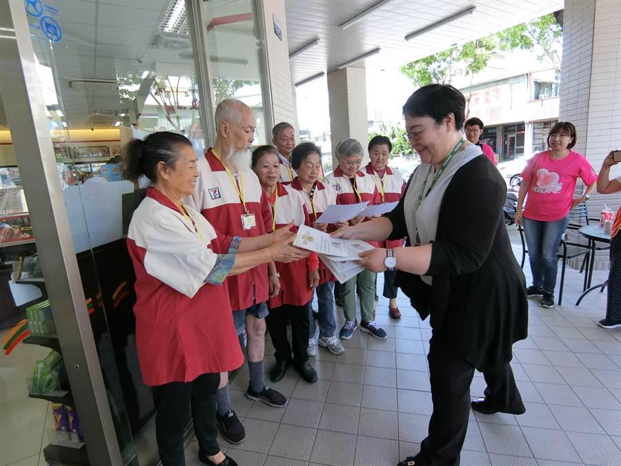 7-ELEVEN特別頒發一日店長榮譽獎狀,讓長輩再次享受工作的樂趣。(盧金足攝)