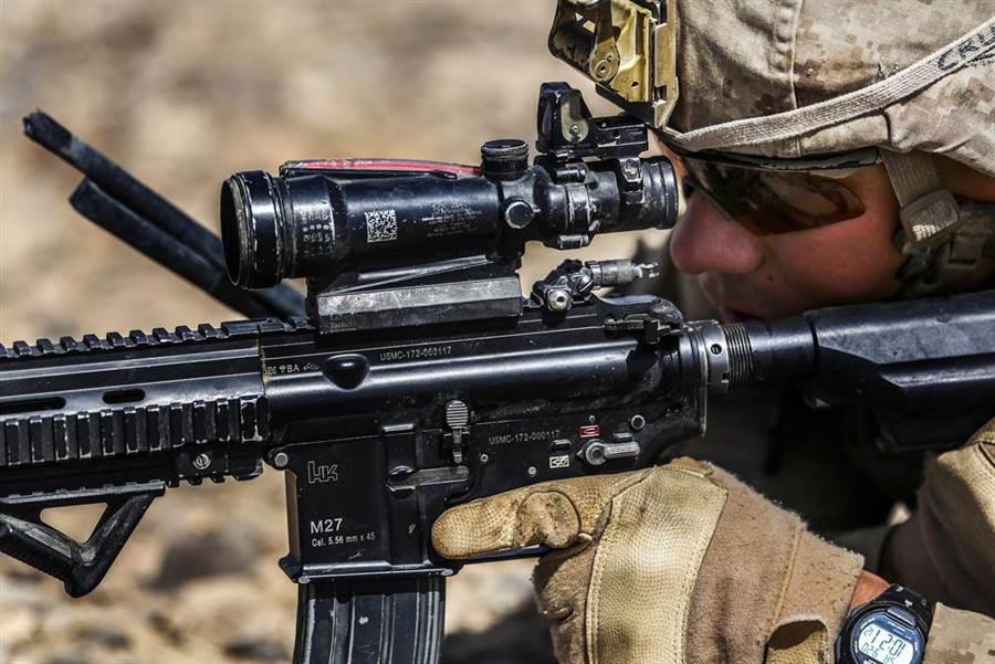 美軍步兵相當仰賴光學瞄具,短缺就會造成訓練問題。(圖/美國海軍陸戰隊)