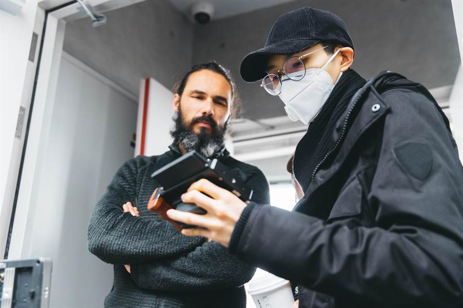 方大同(右)執導新曲MV,反而由之前合作的導演擔任男主角。(賦音樂提供)