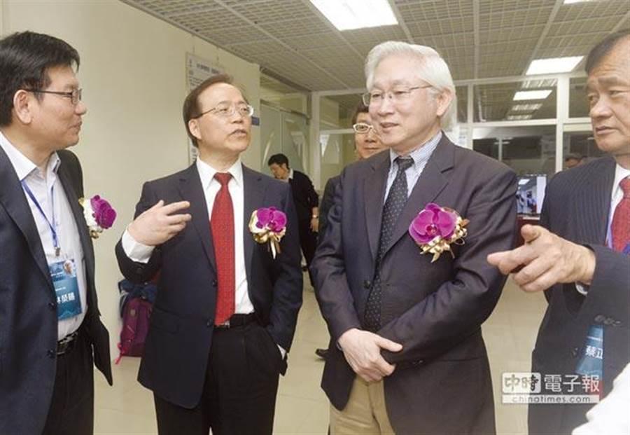 中華電信董事長鄭優屆齡退休,由現任總經理謝繼茂(左二)升任董事長。