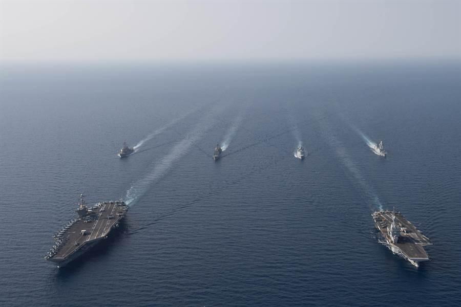 法國戴高樂號(右前)航母戰鬥群與美國史坦尼斯號(左前)航母戰鬥群15日在紅海會合,進行相互操作的聯合軍事演習。(圖/美國海軍)