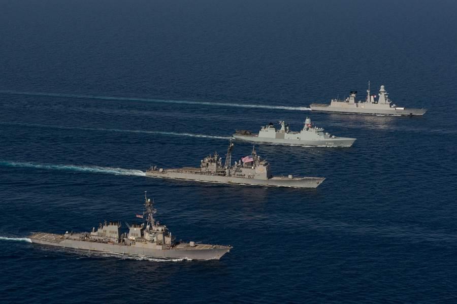 正在通過紅海的美法航母戰鬥群的護衛艦(左起)美國麥克.福爾號導彈驅逐艦、莫比爾灣導彈巡洋艦、丹麥皇家海軍護衛艦尼爾斯.朱埃爾號、法國導彈驅逐艦福賓號。(圖/美國海軍)
