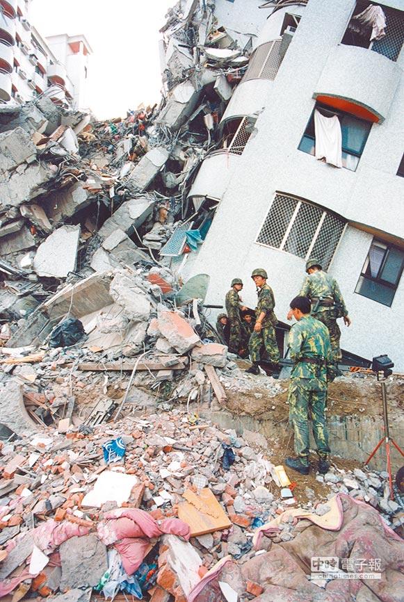 921地震台北松山東星大樓倒塌狀況,國軍加入救援行列。圖/本報資料照片