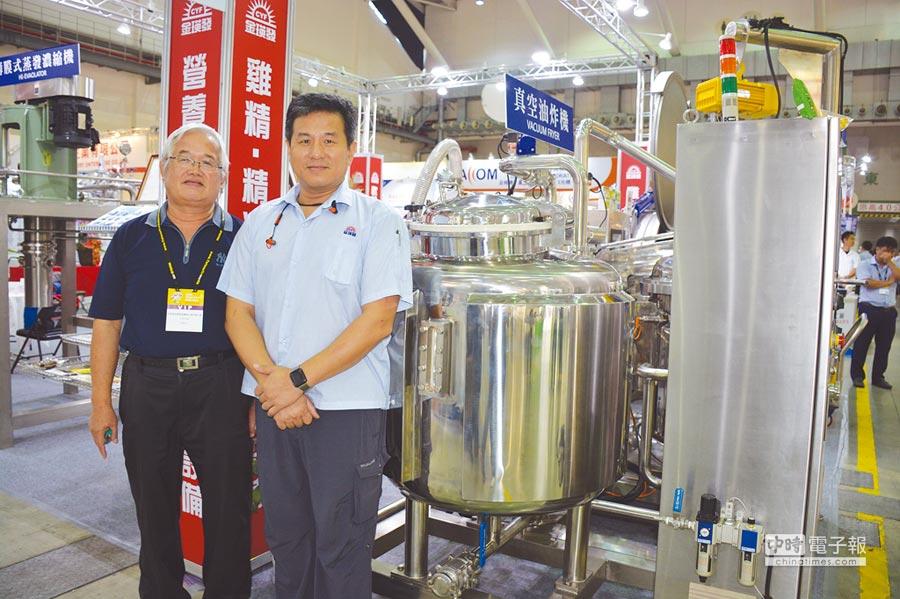 金瑛發公司台灣資深經理陳毓奇(左)與越南經理(右)大力推廣高溫高壓殺菌設備。圖/李水蓮