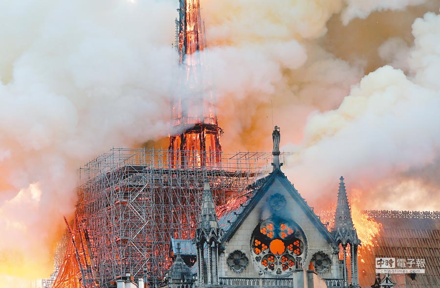 巴黎聖母院15日遭火噬,建築中央冒起熊熊烈火與濃煙。(路透)