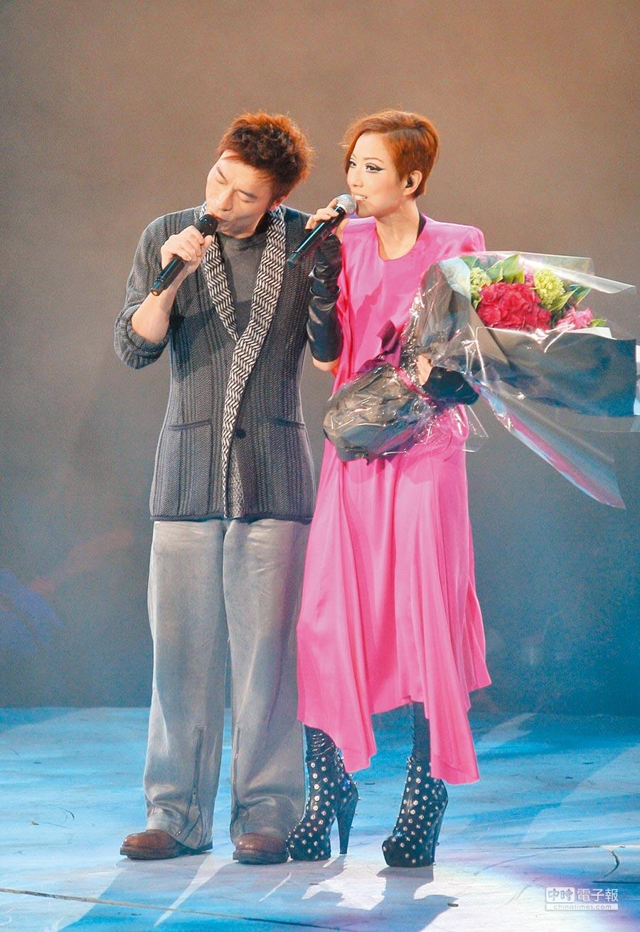 2009年鄭秀文(右)演唱會請許志安當嘉賓,為當時兩人復合埋下伏筆。(資料照片)