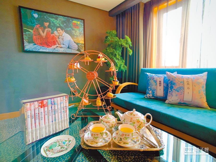 高雄國賓大飯店以尊榮港景客房打造的「在水一方」主題房。(國賓大飯店提供)