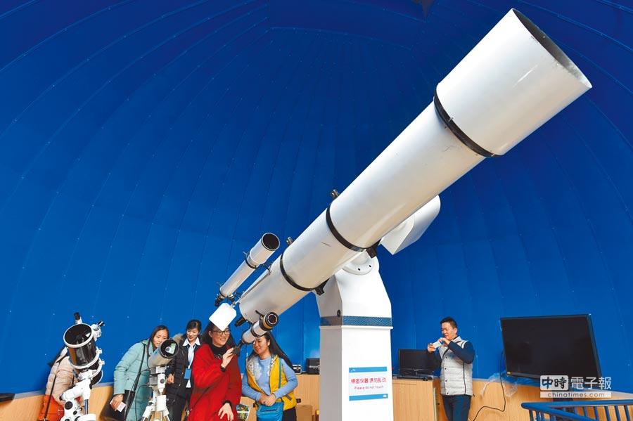 重慶天文主題樂園,民眾用天文望遠鏡觀測天空。(新華社資料照片)