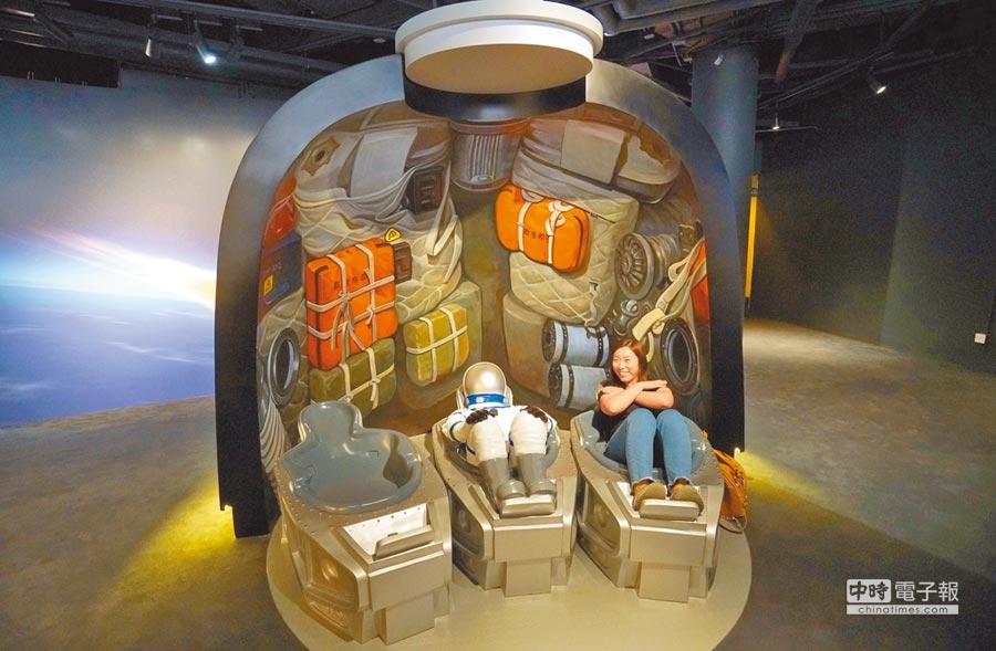香港太空館展廳,大陸神舟飛船返回艙模型亮相。(中新社資料照片)