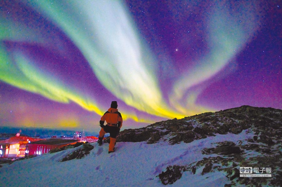 大陸「雪龍號」科考員在南極中山站附近的山坡看極光。(新華社資料照片)
