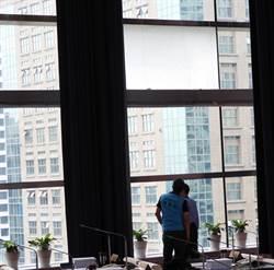 台中市議會因地震震裂一塊 市價10萬元玻璃